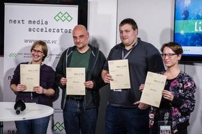 """Hackathon #DataDeepDive im Newsroom der Deutschen Presse-Agentur in Berlin: Rund 100 Entwickler, Journalisten und Data Scientists arbeiteten an neuen Modellen für datengetriebenen Journalismus und Geschäftsideen auf Basis von Algorithmen und künstlicher Intelligenz. Organisiert hat den Hackathon der internationale Startup-Beschleuniger next media accelerator (nma). Im Bild: Das Team """"Regio Reports"""" (Best of API) (Foto: Wolfram Kastl, dpa) Weiterer Text über ots und www.presseportal.de/nr/8218 / Die Verwendung dieses Bildes ist für redaktionelle Zwecke honorarfrei. Veröffentlichung bitte unter Quellenangabe: """"obs/dpa Deutsche Presse-Agentur GmbH/Wolfram Kastl"""""""