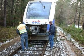 Notfallmanager begutachtet den Zug