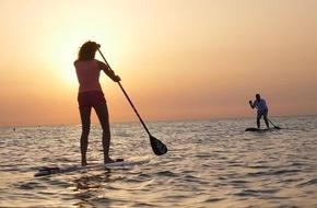 Stand-Up paddelnd in den Sonnenuntergang / Ostsee Schleswig-Holstein und die dänische Ostsee mit zahlreichen SUP-Spots für den kommenden Sommer / Neues Video zur Inspiration online