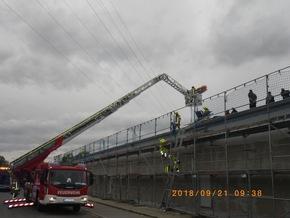 Rettung mit der Drehleiter von der Baustelle