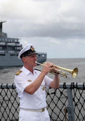 """Stabsbootsmann Günther Ahrendt spielt das Lied """"Ich hatte einen Kameraden"""" anlässlich des Unterganges der """"SMS Karlsruhe"""" vor 95 Jahren. Foto: Ann-Kathrin Fischer, Deutsche Marine"""