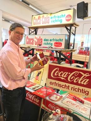 """Coca-Cola Archivar Ted Ryan auf der Coke Convention in Essen. Weiterer Text über ots und www.presseportal.de/nr/7974 / Die Verwendung dieses Bildes ist für redaktionelle Zwecke honorarfrei. Veröffentlichung bitte unter Quellenangabe: """"obs/Coca-Cola Deutschland"""""""