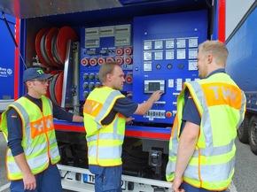Wandsbeker Helfer fahren die 317 kVA-Netzersatzanlage hoch.