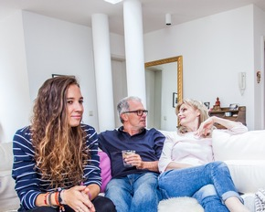 """Kinder zu haben, ist eine große Herausforderung. Ergotherapeuten schauen sich bei Problemen das Familiengefüge genau an - auch vor Ort, im Alltag, im täglichen Miteinander. Mithilfe sogenannter Assessments, also ausgeklügelter, tiefgründiger Fragen, finden sie heraus, was """"schief läuft"""", welche Verhaltensmuster sich manifestiert haben, ob eine Erkrankung oder Störung die Probleme verursacht. Danach entwickeln sie zusammen mit jedem Einzelnen oder gemeinsam mit der Familie Strategien, um den Umgang miteinander respektvoll und möglichst reibungsfrei zu gestalten. ------ Schlagwörter: Ergotherapie, Ergotherapeut, Ergotherapeutin, Frau, Mann, Mädchen, Jugendliche, Familie, Generationen, Familienleben, Erkrankung, Störung, Miteinander, Couch, Feierabend, Gespräch, Hahn im Korb ------ Weiterer Text über ots und www.presseportal.de/nr/106910/bild Die Verwendung dieses Bildes ist für redaktionelle Zwecke honorarfrei. Veröffentlichung bitte unter Quellenangabe: """"ots/Deutscher Verband der Ergotherapeuten e.V./DVE"""" Weiterer Text über ots und www.presseportal.de/nr/106910 / Die Verwendung dieses Bildes ist für redaktionelle Zwecke honorarfrei. Veröffentlichung bitte unter Quellenangabe: """"obs/Deutscher Verband der Ergotherapeuten e.V./Janine Metzger"""""""