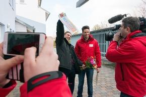 Große Freude beim zweiten Postleitzahl-Gewinner Holger (links), hier mit Postcode-Moderator Giuliano Lenz. Foto: Postcode Lotterie/Wolfgang Wedel
