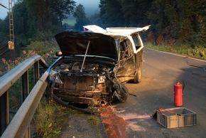 Die beiden Fahrer wurden entgegen ersten Meldungen nicht in ihren PKW eingeklemmt. Foto: Karsten Grobbel