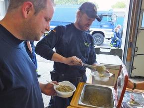 Fachgruppe Logistik aus Preetz und Bad Oldesloe bei der Essenausgabe in Neustadt.