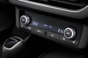 """Interieur des neuen SKODA SCALA: Unterhalb des zentralen Displays ist in der Mittelkonsole die Steuerung für die Klimaanlage platziert und für den Fahrer gut erreichbar. Weiterer Text über ots und www.presseportal.de/nr/28249 / Die Verwendung dieses Bildes ist für redaktionelle Zwecke honorarfrei. Veröffentlichung bitte unter Quellenangabe: """"obs/Skoda Auto Deutschland GmbH"""""""