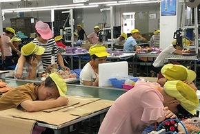 Travailleuses exténuées dans l'usine Wah Tung qui produit pour Disney et Simba Dickie.