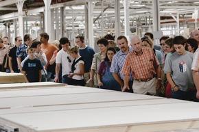 Bei der Werksbesichtigung können die Besucher hinter die Kulissen von WeberHaus blicken.