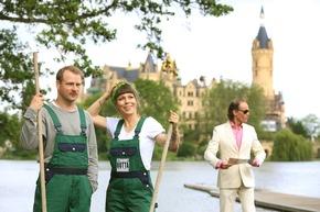 """""""Endlich Ruhe!"""" in Schwerin mit Hinnerk Schönemann, Anneke Kim Sarnau, Olaf Schubert (v. l. n. r.), zu sehen auf youtube.com/aufnachmv, Foto: TMV/Gohlke"""