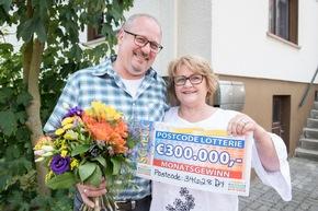 Ein Los, 300.000 Euro - keine schlechte Ausbeute für Gaby und Ehemann Andreas. Möglich macht es ihr gezogener Postcode 34628 DY. Foto: Postcode Lotterie/Marco Urban