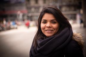 """Kanchana Chandran: Radiojournalistin aus Sri Lanka, lebt in Zürich, spricht Deutsch und Englisch, kämpfte erfolgreich gegen Integrationshürden, die sie trotz B-Ausweis zu meistern hatte, arbeitet heute für verschiedene Integrationsprojekte und im SFH-Bildungsteam. Weiterer Text über ots und www.presseportal.ch/de/nr/100056995 / Die Verwendung dieses Bildes ist für redaktionelle Zwecke honorarfrei. Veröffentlichung bitte unter Quellenangabe: """"obs/Schweizerische Flüchtlingshilfe SFH/©COUPDOEIL Bern"""""""