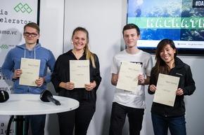 """Hackathon #DataDeepDive im Newsroom der Deutschen Presse-Agentur in Berlin: Rund 100 Entwickler, Journalisten und Data Scientists arbeiteten an neuen Modellen für datengetriebenen Journalismus und Geschäftsideen auf Basis von Algorithmen und künstlicher Intelligenz. Organisiert hat den Hackathon der internationale Startup-Beschleuniger next media accelerator (nma). Im Bild: Siegerteam """"VizGov"""" (Best Overall) (Foto: Wolfram Kastl, dpa) Weiterer Text über ots und www.presseportal.de/nr/8218 / Die Verwendung dieses Bildes ist für redaktionelle Zwecke honorarfrei. Veröffentlichung bitte unter Quellenangabe: """"obs/dpa Deutsche Presse-Agentur GmbH/Wolfram Kastl"""""""
