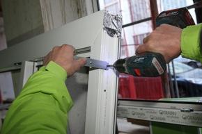 Erstklassige Absturzsicherung bietet das illbruck Vorwandmontage-System durch die Montage mit der FX760 Absturzsicherungs-Lasche aus verstärktem, feuerverzinktem Stahl.