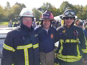 Die beiden Kräfte der Freiwilligen Feuerwehr Wetter (Ruhr) mit Ausbilder Gary Klaus