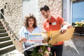 Zwei Schecks über jeweils 10.000 Euro sind schon ein echter Grund zur Freude für Antje, hier mit Postcode-Moderator Giuliano Lenz. Foto: Postcode Lotterie/Marco Urban