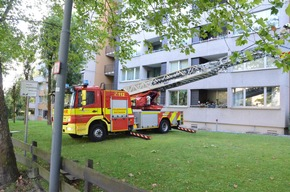 FW Ratingen: Feuer auf Balkon im Hochhaus