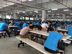 Travailleurs épuisés dans la cantine de Jetta.