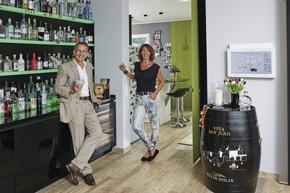 Claudia und Hans Moock p?egen eine gut sortierte Gin-Bar. Abends wird der Bereich wunderbar von LEDs beleuchtet.