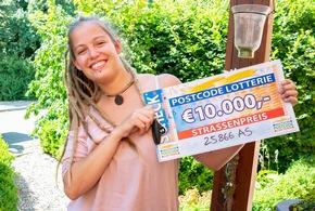 Ronja strahlt vor Glück über ihre Gewinnsumme. Foto: Postcode Lotterie/Wolfgang Wedel