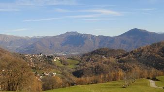 Zu Ehren der Edelkastanie: Bei der Castagnata in Vezio dreht sich alles um die Kastanie, nicht nur dort, auch auf dem Kastanienweg ist die unscheinbare Frucht der Mittelpunkt.