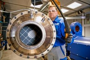 """Lkw-Motorenprüfstand: Zusätzlich zu Pkw-Abgasreinigungssystemen werden im Engine Lab Hannover auch Lkw-Katalysatorsysteme auf Funktion und Dauerhaltbarkeit untersucht. Techniker Uwe Licht baut ein solches System in die Abgasanlage des Prüfstands ein. Anschließend wird es einem Abgastest unterzogen. Im Engine Lab Hannover werden zukünftige Katalysatortechnologien auf Funktion und Dauerhaltbarkeit unter realen Bedingungen getestet. Abdruck honorarfrei. Copyright by BASF. +++ Engine test bed for trucks: In addition to light duty exhaust gas aftertreatment systems, also catalysts systems for trucks are being tested in the Hannover Engine Lab in order to check functionality and durability. One of those is being installed by Technician Uwe Licht. After installation, the catalyst system will be evaluated by an emissions test. In the Hannover Engine Lab future catalyst technologies are tested on their functionality and durability under real life conditions. Print free of charge. Copyright by BASF. Weiterer Text über ots und www.presseportal.de/nr/16344 / Die Verwendung dieses Bildes ist für redaktionelle Zwecke honorarfrei. Veröffentlichung bitte unter Quellenangabe: """"obs/BASF SE/Detlef W. Schmalow"""""""