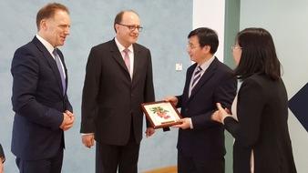 Mike de Vries, Vorsitzender der Geschäftsführung der Zhongde Metal Group GmbH (links), brachte den  Vize-Oberbürgermeister des Bezirks Huadu mit  deutschen Unternehmern der Automobilbranche zusammen.