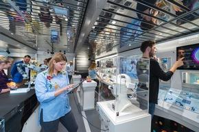Die Ausstellung im Erdgeschoss zeigt innovative Entwicklungen aus dem Bereich der sechs Zukunftsaufgaben der neuen Hightech-Strategie. © BMBF-Initiative InnoTruck / FLAD & FLAD Communication GmbH