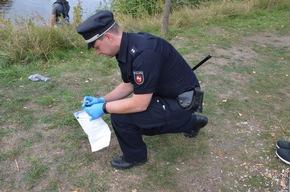 Polizeibeamter sichert Spuren