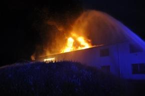 FW-KLE: Erstmeldung: Brand eines kunststoffverarbeitenden Betriebs im Gewerbegebiet Bedburg-Hau