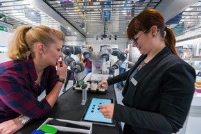 Die projektbegleitenden Wissenschaftler erläutern im Gespräch Hintergründe der Initiative und wissenswerte Details zur Ausstellung. © BMBF-Initiative InnoTruck / FLAD & FLAD Communication GmbH