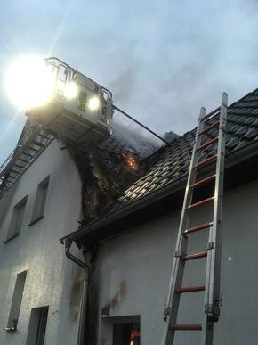 FW Lage: Dachstuhlbrand eines Wohnhauses - 01.01.2017 - 7:53 Uhr