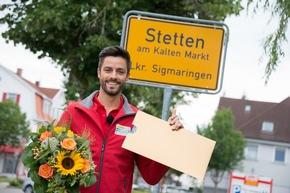 Postcode-Moderator Giuliano Lenz ist persönlich nach Stetten am kalten Markt gereist, um Ewald zu überraschen. Foto: Postcode Lotterie/Wolfgang Wedel