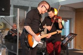 Geiger Stefan Krznaric mit Bandmitglied Nico Schliemann