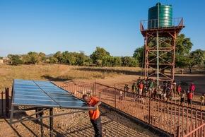 Viele Pumpen an Brunnen und Wassertanks in Afrika werden heute mit Solarenergie betrieben.