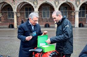 Bürgermeister Dr. Carsten Sieling verabschiedet Dunker vom Bremer Rathaus. Bildnachweis: Sentaspressestelle