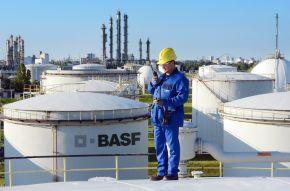 """Tanklager der BASF in Ludwigshafen. Im Werksteil Friesenheimer Insel des BASF-Verbundstandorts Ludwigshafen stehen 50 Tanks, die die Produktionsanlagen mit Einsatzstoffen versorgen. Auf seinem Kontrollgang im Tanklager hat der BASF-Mitarbeiter Dehset Karinca eine festgelegte Route. Auf dem Dach des Toluoltanks prüft er Dichtungen und wartet den Tank. +++ Stichworte: BASF; Chemie; Industrie; Regionen; Europa; Werk; Verbundstandort; Konzernzentrale; Außenaufnahme; Tanklager; Logo; Mitarbeiter. +++ Die Verwendung dieses Bildes ist für redaktionelle Zwecke honorarfrei. Veröffentlichung bitte unter Quellenangabe: """"obs/BASF SE"""" +++ Die Verwendung dieses Bildes ist für redaktionelle Zwecke honorarfrei. Veröffentlichung bitte unter Quellenangabe: """"obs/BASF SE"""""""
