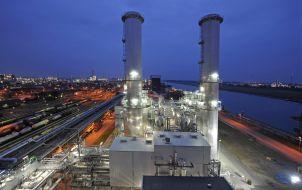 """Die Gas- und Dampfturbinen-Anlage am Verbundsstandort Ludwigshafen ist Spitzenreiter in der industriellen Energieumwandlung. Das Prinzip ist einfach: Die entstehende Abgaswärme der Gasturbinen wird zum Herstellen von Dampf genutzt, der dann in den Produktionsbetrieben des Werkes für unterschiedlichste chemische Prozesse verwendet wird. So gelingt es der BASF den Standort Ludwigshafen nicht nur optimal, sondern auch klimafreundlich mit Energie zu versorgen. Abdruck honorarfrei. Copyright by BASF.  BASF's combined cycle power plant at its Ludwigshafen Verbund site is a top performer in industrial energy conversion. The principle is simple: the waste heat is used to produce steam, which is then used by the site's production plants for a wide variety of chemical processes. This means BASF not only optimally supplies its Ludwigshafen site with energy but does so in a climate friendly way. Print free of charge. Copyright by BASF. Weiterer Text über OTS und www.presseportal.de/pm/16344 / Die Verwendung dieses Bildes ist für redaktionelle Zwecke honorarfrei. Veröffentlichung bitte unter Quellenangabe: """"obs/BASF SE/B. Kunz"""""""