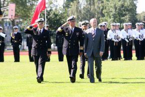 Ehrengäste und Militärs beim Abschreiten der Ehrenformation. Foto: Deutsche Marine.