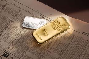 """Über Jahrzehnte stand der Name """"Degussa"""" für den Handel mit Gold und anderen Edelmetallen. Und auch heute noch werden Anlegern bei den Banken Goldbarren mit dem Logo der ehemaligen Degussa angeboten. Die heutige Degussa AG ist jedoch im Jahr 2001 aus einer Fusion von Degussa-Hüls AG und SKW Trostberg AG entstanden und hatte im selben Jahr im Zuge der Fokussierung auf Spezialchemikalien ihre Edelmetallaktivitäten verkauft. Im August 2003 ging das Edelmetallgeschäft dann an die belgische Umicore Group über, die in Antwerpen u.a. die größte Edelmetallscheiderei Europas betreibt. Die Verwendung dieses Bildes ist für redaktionelle Zwecke honorarfrei. Abdruck bitte unter Quellenangabe: """"obs/Umicore AG & Co. KG"""""""