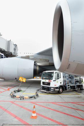 """Deutschlands größter Flughafen, Frankfurt am Main wird von Air BP mit Kerosin und Flugbenzin versorgt.  +++ Großflughafen; Air BP; Kerosin; Flugbenzin; Betankung; Frankfurt am Main; Tankwagen; Air BP; Betankung; A380; Flugplatz; Passagierflugzeug; Großflughafen; Tankwagen; Flugzeugsprit; Turbine, Flugzeug Turbine; Luftfahrt +++ Die Verwendung dieses Bildes ist für redaktionelle Zwecke honorarfrei. Veröffentlichung bitte unter Quellenangabe: """"obs/BP Europa SE"""""""