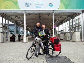 Dunker übergibt die 1.127 Klimabotschaften an Nick Nuttall vom UNFCCC. Bildnachweis. Klimahaus Bremerhaven