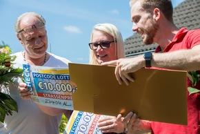 Der mit den Schecks: Straßenpreis-Moderator Felix Uhlig (r.) mit Gewinnerin Maria und ihrem Mann Patrick (l.). Foto: Postcode Lotterie/Wolfgang Wedel