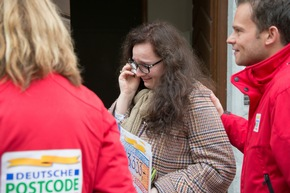 "Freudentränen in Harburg: Ana-Maria inmitten des Teams der Deutschen Postcode Lotterie. Fotocredit: ""Postcode Lotterie/Wolfgang Wedel"""