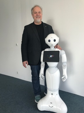 """Prof. Dr. Arvid Kappas and the robot """"Pepper""""  © Jacobs University"""