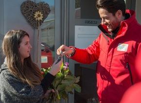Perfekter Postcode-Moment: Postcode-Moderator Giuliano Lenz übergibt Straßenpreis-Gewinnerin Sophie die Schlüssel zu einer ganz besonderen Überraschung. Foto: Postcode Lotterie/Wolfgang Wedel