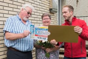 Kraftfahrer Klaus erfährt, dass er 10.000 Euro gewonnen hat. Foto: Postcode Lotterie/Wolfgang Wedel