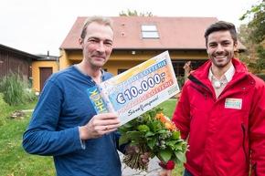 """Gewinner Maik (links) lächelt verschmitzt: """"Wenn meine Frau nach Hause kommt, die wird mir an den Hals springen! Die weiß ja gar nicht, dass wir spielen."""" Foto: """"Postcode Lotterie/Marco Urban"""""""