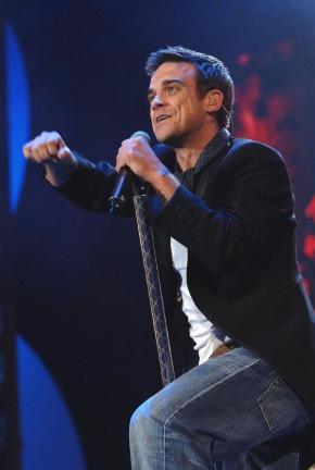 Sat.1 Music Special: Live 8 - Das größte Musik-Event der Geschichte. Musik, D, 2005. Sendetermin: Sonntag, den 18.12.2005 um 00.15 Uhr in Sat.1. Ein absolutes Highlight des Londoner Live 8 Konzertes war der überwältigende Auftritt von Robbie Williams (Foto). Foto: Sat.1/Live 8. Abdruck honorarfrei nur im Zusammenhang mit dem Sat.1-Sendetermin